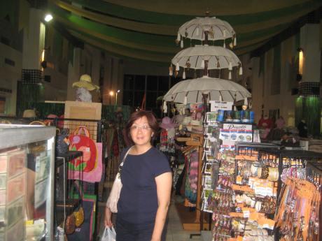 More souvenir shops。
