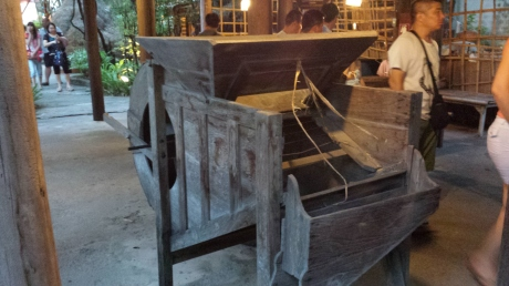 Many of you probably don't know what this is: it is used to separate rice's kernels from straws: all done by hand. I grew up in Taiwan surrounded by rice field and have seen this device many times.
