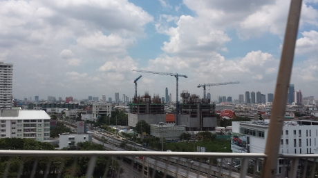 Bangkok city center is in the background。