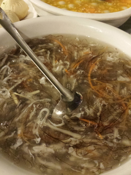 Silver fish and hair-like seaweed soup。