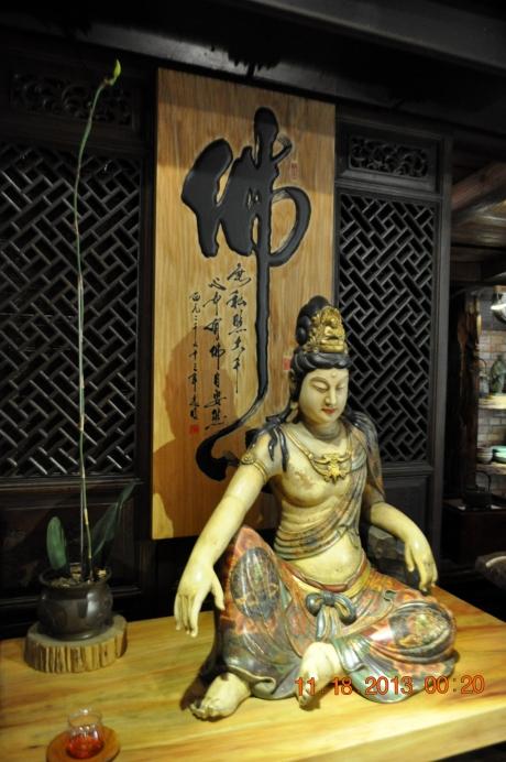 我虽不信佛却从小就从台中的宝觉寺受到佛的影响。如今路过庙总要进去看看拜一拜祝亲人安康幸福。我最喜欢的是: 菩提本无树 明镜亦菲台 本来无一物 何处惹尘埃 好美的意境啊!