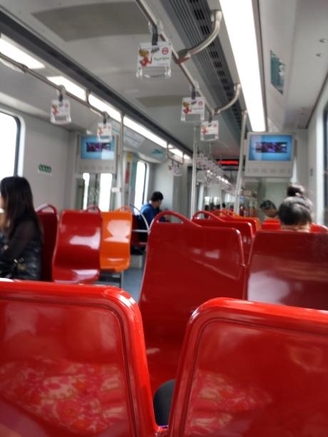 车子新。路途遥远。每站之间比较远。车子跑得比一般地铁快。人也不多。只有周末忙。