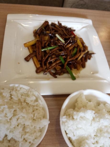 茶树菇炒笋丝。白饭不要钱。可以尽量吃。