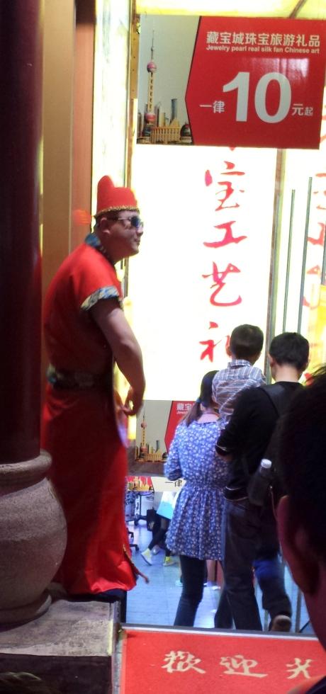 当街卖唱招揽客人。上海南京路步行街。