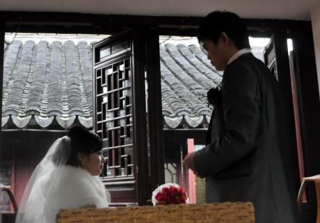 新郎和新娘也來,選了個靠窗的位置喝茶.