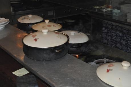 魚頭湯在瓦罐裏燉着呢.