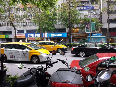 Ice Monster 和臺北忠孝東路四段繁忙的車隊。