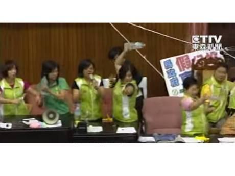 立法院的一流女投手.邊上還有吆喝的 Cheerleaders.