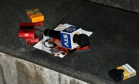 採訪新聞記者留下的東西。好多香菸盒子