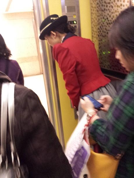 臺灣人工太便宜所以百貨公司可以僱人在電梯裏爲你開門報告樓層數並對客人鞠躬