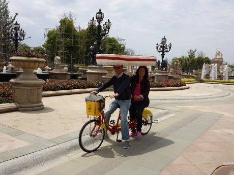 We can ride the dual drive tandem bike ourselves to look around。